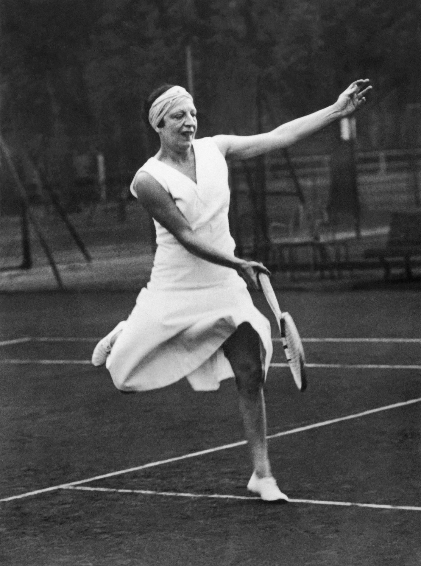 suzanne lenglen one of the first female champion of. Black Bedroom Furniture Sets. Home Design Ideas